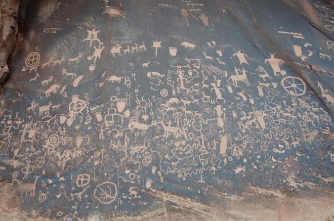 Newspaper Rock, kjer se nahajajo skalne rezbarije ali t.i petroglifi.