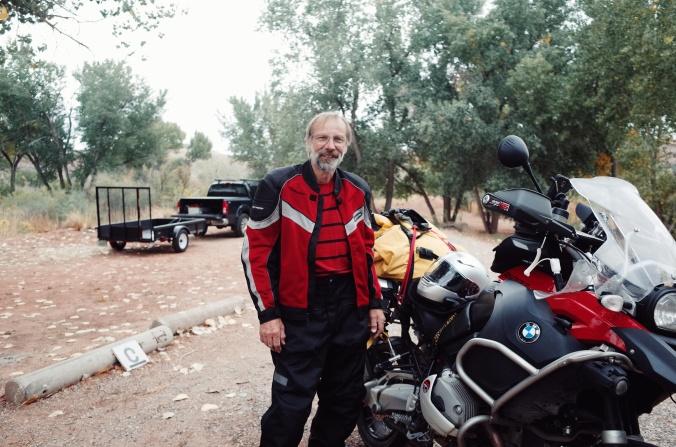 SImon, ki nama je ponudil prevoz skupaj z najinimi kolesi, ki sta bila privezana poleg njegovega motorja, se je naslednji dan po skupnem kampiranju odpravil na svojo motoristično nekaj tedensko avanturo.